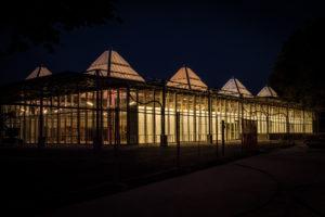 De vernieuwde vestiging van Lidl in het Karregat verlicht in de avonduren.